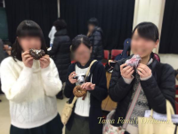 ドーナツを嬉しそうに食べる女子3人