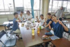 食事中のメンバーの写真